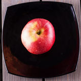 Apple πέρα από το μαύρο πιάτο Στοκ φωτογραφίες με δικαίωμα ελεύθερης χρήσης