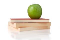 Apple πέρα από το σωρό βιβλίων Στοκ φωτογραφία με δικαίωμα ελεύθερης χρήσης