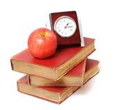 Apple, παλαιά βιβλία και ρολόι Στοκ Εικόνες