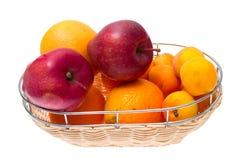Apple, πορτοκάλι, βερίκοκο στο κύπελλο που απομονώνεται στο λευκό Στοκ εικόνες με δικαίωμα ελεύθερης χρήσης