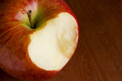 Apple που δαγκώνεται μακριά Στοκ Φωτογραφία