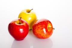Apple που απομονώνεται στα άσπρα υγιή χορτοφάγα τρόφιμα φρούτων υποβάθρου Στοκ εικόνα με δικαίωμα ελεύθερης χρήσης