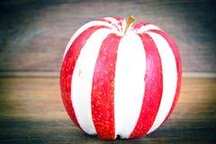 Apple που γεμίζεται με τα διαιτητικά τρόφιμα τυριών κρέμας Στοκ Φωτογραφία