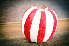 Apple που γεμίζεται με τα διαιτητικά τρόφιμα τυριών κρέμας Στοκ εικόνες με δικαίωμα ελεύθερης χρήσης