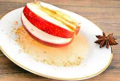 Apple που γεμίζεται με τα διαιτητικά τρόφιμα τυριών κρέμας Στοκ εικόνα με δικαίωμα ελεύθερης χρήσης