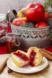 Apple που γεμίζεται με τη μαρμελάδα - επιδόρπιο Χριστουγέννων Στοκ Εικόνες