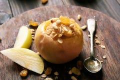 Apple που γεμίζεται με το granola και τα καρύδια Στοκ εικόνες με δικαίωμα ελεύθερης χρήσης