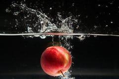 Apple που εμπίπτει στο νερό - βλαστός στούντιο Στοκ εικόνες με δικαίωμα ελεύθερης χρήσης