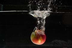 Apple που εμπίπτει στο νερό - βλαστός στούντιο Στοκ εικόνα με δικαίωμα ελεύθερης χρήσης