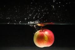 Apple που εμπίπτει στο νερό Στοκ φωτογραφίες με δικαίωμα ελεύθερης χρήσης