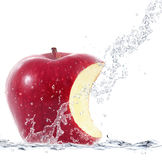 Apple που εμπίπτει στο νερό Στοκ φωτογραφία με δικαίωμα ελεύθερης χρήσης