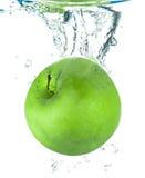 Apple που εμπίπτει στο νερό Στοκ Φωτογραφία