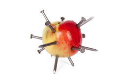 Apple που κολλιέται με τα μέρη των καρφιών σιδήρου που απομονώνονται Στοκ εικόνες με δικαίωμα ελεύθερης χρήσης