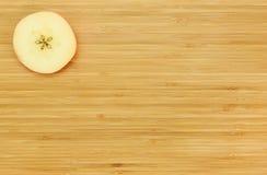Apple που κόβεται σε έναν ξύλινο πίνακα Στοκ εικόνα με δικαίωμα ελεύθερης χρήσης