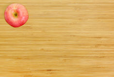 Apple που κόβεται σε έναν ξύλινο πίνακα Στοκ Εικόνες