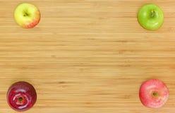 Apple που κόβεται σε έναν ξύλινο πίνακα Στοκ Φωτογραφίες
