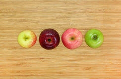 Apple που κόβεται σε έναν ξύλινο πίνακα Στοκ εικόνες με δικαίωμα ελεύθερης χρήσης