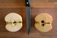 Apple που κόβεται σε δύο Στοκ φωτογραφία με δικαίωμα ελεύθερης χρήσης