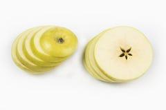 Apple που κόβεται στο λεπτό σωρό φετών ο ένας στον άλλο Στοκ εικόνες με δικαίωμα ελεύθερης χρήσης