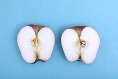 Apple που κόβεται στο μπλε χρώμα Στοκ Φωτογραφία