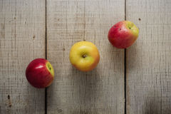 Apple που παρατάσσεται σε ξύλινο Στοκ Εικόνες