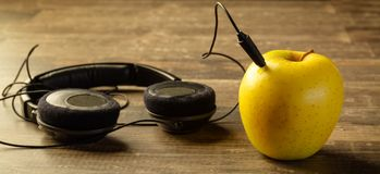 Apple που συνδέεται με τα τηλέφωνα Στοκ Εικόνα