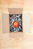 Apple που τυλίγεται επάνω σε ένα κιβώτιο Στοκ φωτογραφίες με δικαίωμα ελεύθερης χρήσης