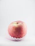 Apple που τυλίγεται με τον αφρό στο άσπρο υπόβαθρο Στοκ Εικόνα