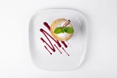 Apple που ψήνεται με το φύλλο μεντών και τη σάλτσα σοκολάτας στο άσπρο BA πιάτων Στοκ Φωτογραφία