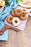 Apple που ψήνεται donuts με το λούστρο Στοκ εικόνα με δικαίωμα ελεύθερης χρήσης