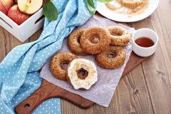 Apple που ψήνεται donuts με το λούστρο Στοκ Εικόνες
