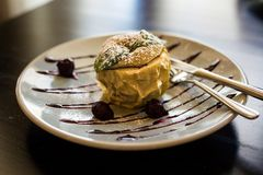 Apple, που ψήνονται στο φούρνο με το μέλι, καρύδια και ξηρός - φρούτα Apple στο πιάτο στο εστιατόριο Ψημένο μήλο με το κουσκούς,  Στοκ Φωτογραφία