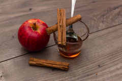 Apple, ραβδιά κανέλας, και ένα γυαλί με το μέλι Στοκ φωτογραφίες με δικαίωμα ελεύθερης χρήσης