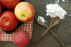 Apple, ραδίκι, αλεύρι (έτοιμη έννοια συστατικών) Στοκ φωτογραφία με δικαίωμα ελεύθερης χρήσης