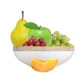 Apple, ροδάκινο, αχλάδι και σταφύλι στο πιάτο που απομονώνεται στο λευκό Στοκ φωτογραφία με δικαίωμα ελεύθερης χρήσης