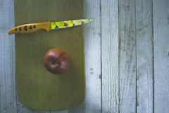 Apple σε έναν ξύλινο πίνακα με ένα μαχαίρι Στοκ Εικόνα