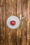 Apple σε έναν ξύλινο πίνακα πιάτων Στοκ Εικόνες