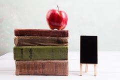 Apple σε έναν σωρό των βιβλίων στον πίνακα Στοκ φωτογραφία με δικαίωμα ελεύθερης χρήσης