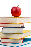 Apple σε έναν σωρό των βιβλίων Στοκ Εικόνα