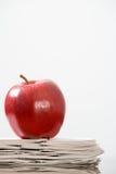 Apple σε έναν σωρό των εγγράφων Στοκ Εικόνες