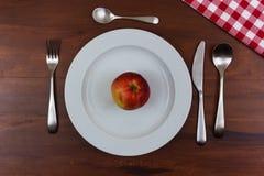 Apple σε ένα άσπρο πιάτο Στοκ Φωτογραφίες