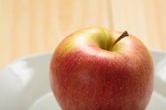 Apple σε ένα άσπρο πιάτο Στοκ εικόνες με δικαίωμα ελεύθερης χρήσης