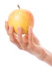 Apple σε ένα θηλυκό χέρι Στοκ εικόνες με δικαίωμα ελεύθερης χρήσης