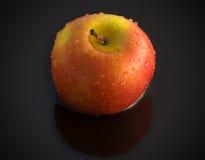 Apple σε ένα μαύρο υπόβαθρο Στοκ Φωτογραφία