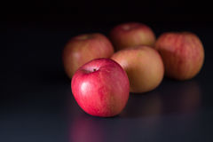 Apple σε ένα μαύρο υπόβαθρο Στοκ Εικόνες
