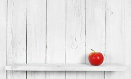 Apple σε ένα ξύλινο ράφι Στοκ φωτογραφίες με δικαίωμα ελεύθερης χρήσης
