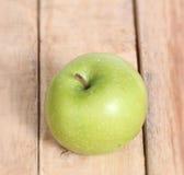 Apple σε ένα ξύλο Στοκ Φωτογραφίες