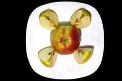 Apple σε ένα πιάτο με τις φέτες Στοκ εικόνα με δικαίωμα ελεύθερης χρήσης