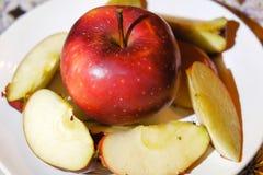 Apple σε ένα πιάτο Στοκ Εικόνες