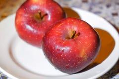 Apple σε ένα πιάτο Στοκ εικόνες με δικαίωμα ελεύθερης χρήσης